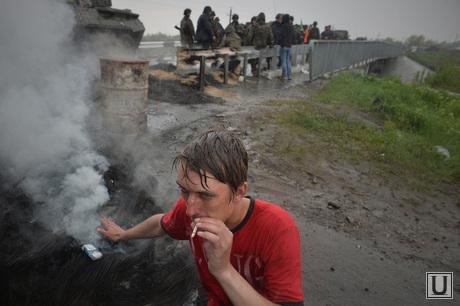 Гражданские блокируют военную технику между Краматорском и Славянском. Украина, дым, курение