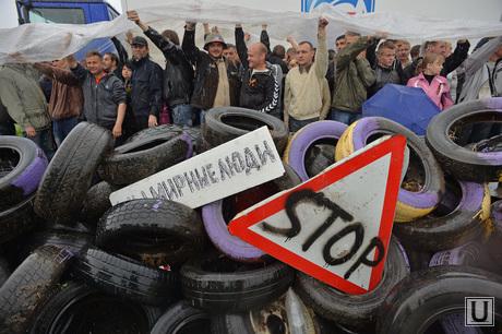 Гражданские блокируют военную технику между Краматорском и Славянском. Украина, баррикады, стоп, блокирование военной техники, мирные люди