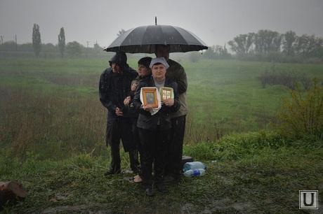 Гражданские блокируют военную технику между Краматорском и Славянском. Украина, иконы, дождь, зонт