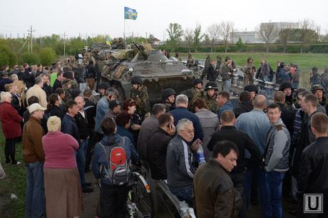 Гражданские блокируют военную технику между Краматорском и Славянском. Украина, блокирование военной техники