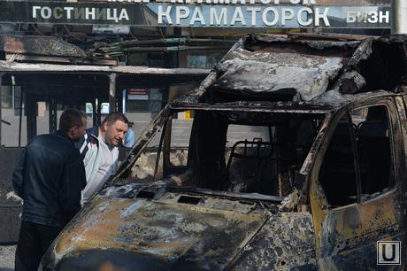 Последствия АТО и украинские блокпосты в Краматорске. Украина, троллейбус, сгоревшие машины, украинские войска, сожженные автомобили, газель, краматорск, блокпост, военные