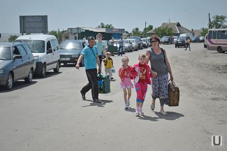 Изварино. Граница. Очередь бегущих из Украины в Россию, беженцы