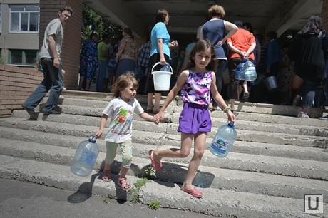 Краматорск, отключение централизованной подачи воды. Выдача воды. Украина