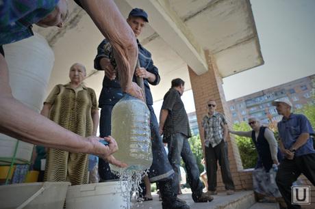 Краматорск, отключение централизованной подачи воды. Выдача воды. Украина, бутыли, набор воды