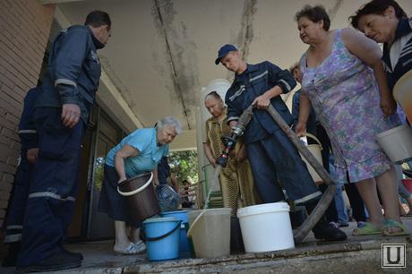 Краматорск, отключение централизованной подачи воды. Выдача воды. Украина, ведра, набор воды, отключение