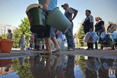 Краматорск, отключение централизованной подачи воды. Выдача воды. Украина, коммунальная авария, лужа, бутыли, ведра, очередь за водой, отключение