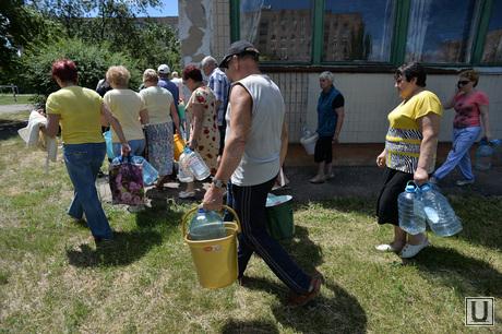Краматорск, отключение централизованной подачи воды. Выдача воды. Украина, бутыли, водопой, ведра, отключение
