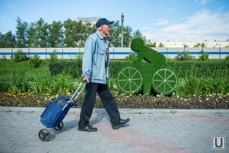 Зеленые фигурки на ул. Восточной между Малышева-Ленина. Екатеринбург, пенсионер, уличное искусство