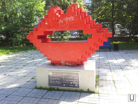 уродливые памятники челябинска, памятник поцелую, губы