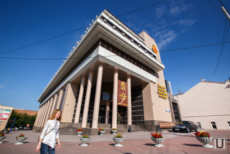 Линкольн возле УрФЮИ. Екатеринбург, УрФЮИ