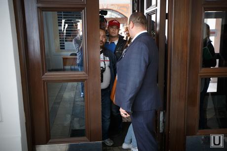 Неудачный визит Косинцева к Ройзману. Екатеринбург, вход в здание администрации, запрет прессы, блокирование, недопуск