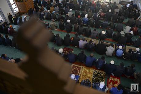 Свердловская область. Верхняя Пышма. Празднование мусульманами Ураза-байрама в Медной мечети им. имама Исмаила аль-Бухари., мусульмане, намаз, Ураза-байрам, медная мечеть
