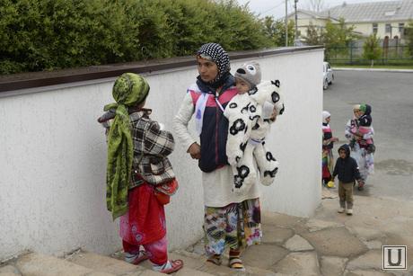 Свердловская область. Верхняя Пышма. Празднование мусульманами Ураза-байрама в Медной мечети им. имама Исмаила аль-Бухари., мусульмане, Ураза-байрам, медная мечеть, попрошайки