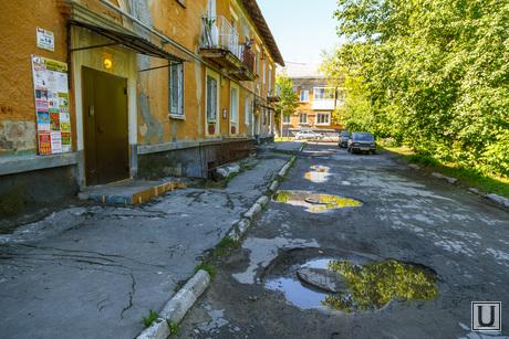 Дворы. Екатеринбург, вход в здание, жилой дом, разбитая дорога, лужи, двухэтажка, разбитый тротуар