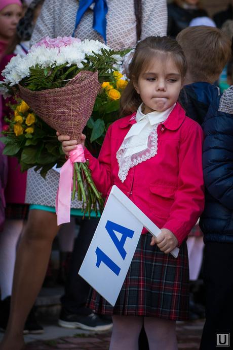 Праздничная линейка в Гимназии №5. Екатеринбург, 1 сентября, первоклашка