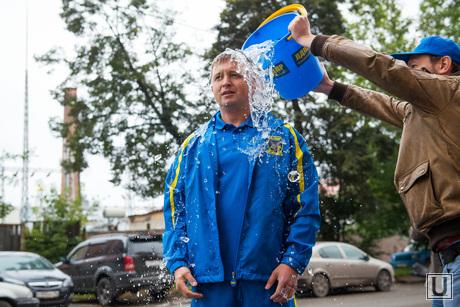 Обливание возле генконсульства США и Украины. Екатеринбург