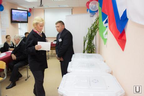 Выборы губернатора Тюменской области. Нижневартовск., урна для голосования, избирательная комиссия, выборы, бадина алла
