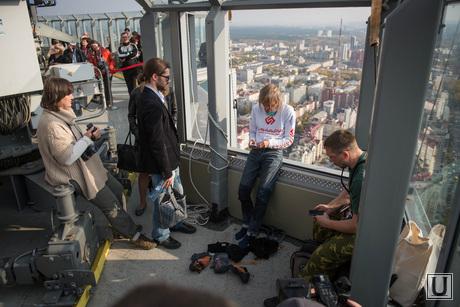 Человек-паук лезет на БЦ Высоцкий. Екатеринбург