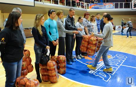 Баскетбол Динамо-Самара2. Челябинск., вручение мячей