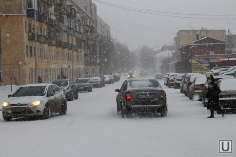 Курган в снегу, снег в городе, метель