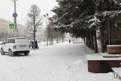 Курган в снегу, снег в городе