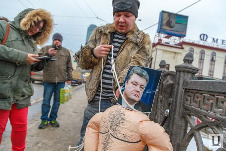 Антон Симаков вешает резинового Порошенко. Екатеринбург, симаков антон, порошенко