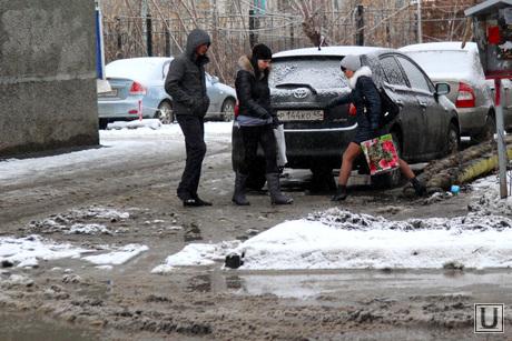 Грязь на дороге Курган, мокрый снег, перепрыгивают лужу