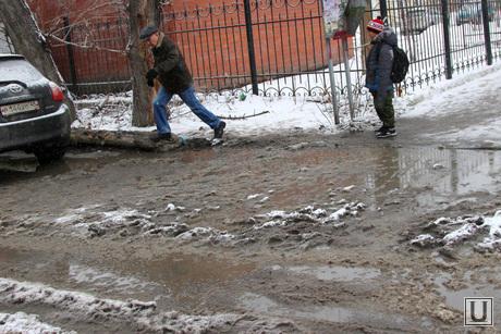 Грязь на дороге Курган, грязь от снега, перепрыгивают лужу
