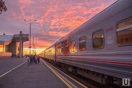 Закат и Ж\Д вокзал. Нижневартовск., перрон, закат, вокзал, поезд, пассажиры, ржд