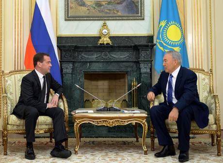 Премьер-министр Дмитрий Медведев вновь становится героем социальных сетей.  На этот раз глава кабмина РФ удивил формой одежды — на встречу с  президентом ... 015796946cda7
