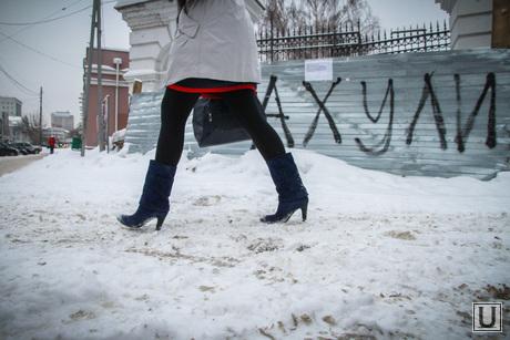 Неубранные тротуары, снег и грязь, весенняя распутица, грязный снег, обувь в снегу, снег на тротуаре