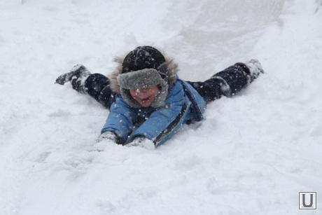 Снег, пурга в городе Курган, снег, ребенок на горке