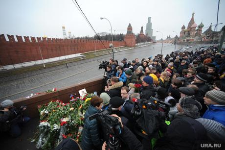 Люди несут цветы к месту убийства Бориса Немцова. Москва