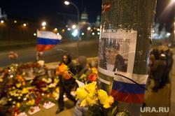 Люди несут цветы на место гибели Бориса Немцова после того, как мемориал был разрушен ночью. Москва, Немцов