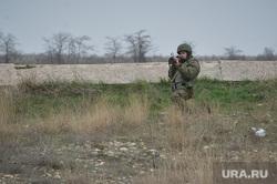 Безоружные украинские военные встретились с Российскими. Переговоры.Севастополь. Крым. Аэропорт Бельбек, гранатомет, целится, армия