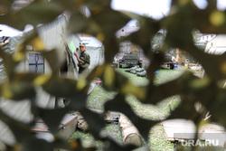 палаточный военный городок у штаба на Бажова. Екатеринбург, палатки военных, камуфляж, военные учения, солдаты