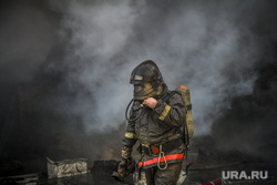 Пожар на улице Карьерной, 30. Екатеринбург, дым, пожарный, дыхательная маска, маска для пожарного, дыхательная система