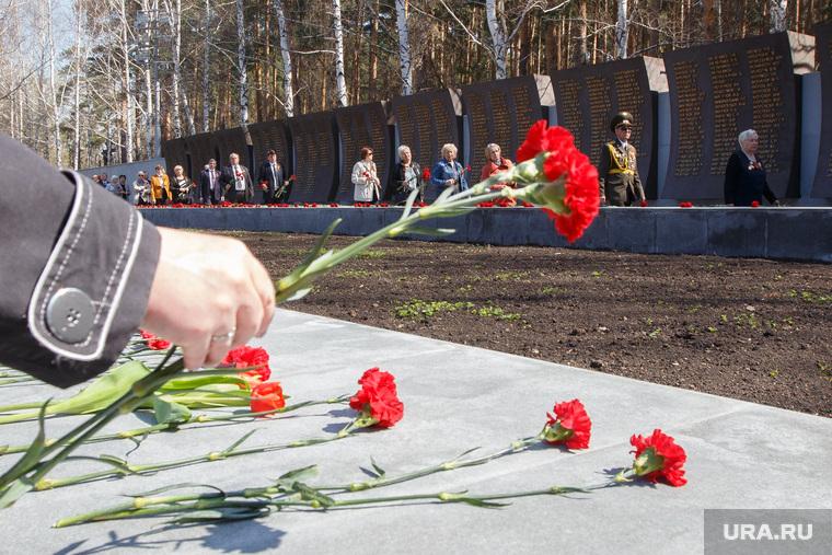 Открытие обновленного Широкореченского мемориала. Екатеринбург, возложение цветов, гвоздика