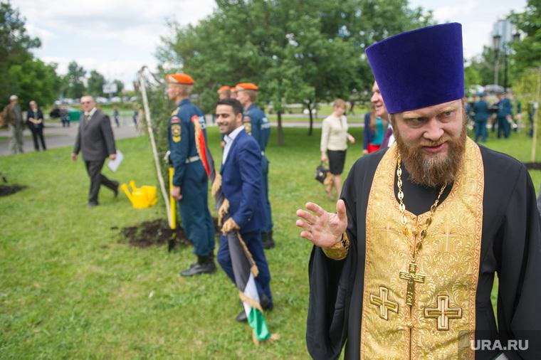 Парад Флагов на Поклонной горе. Москва, священник
