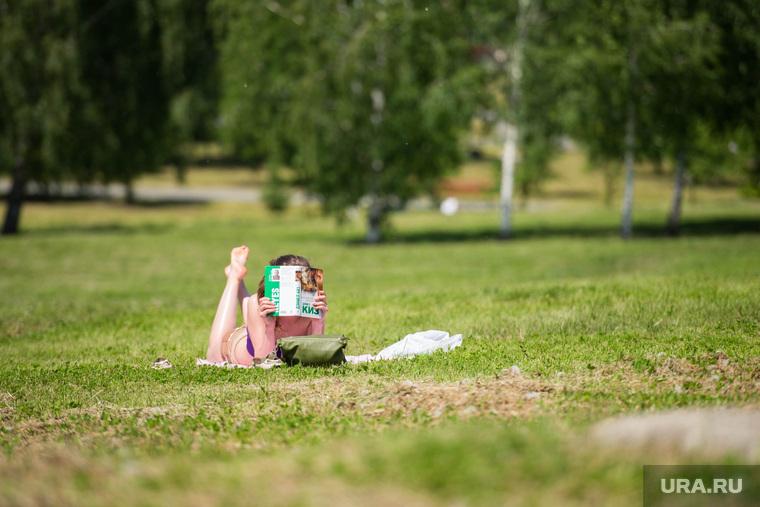Отдых горожан. Екатеринбург, девушка, отдых на траве, загар, лето