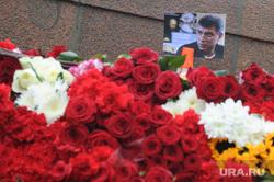 Люди несут цветы к месту убийства Бориса Немцова. Москва, цветы, немцов борис фото