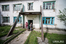 Поездка Дениса Паслера в Верхотурье., старый дом, барак, подпорки
