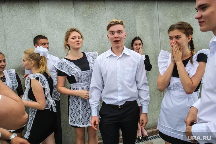 Вальс выпускников на набережной. Тюмень