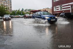 Лужи и ливневая канализация. Тюмень, ливень, дождь, потоп