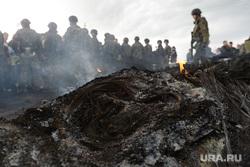 Гражданские блокируют военную технику между Краматорском и Славянском. Украина, дым, армия, военные, солдаты, пожарище, пепелище, гарь, война