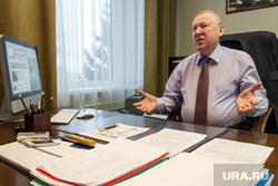 Евгений Тефтелев. Магнитогорск, тефтелев евгений, разводит руками, рабочий стол