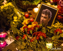 Люди несут цветы на место гибели Бориса Немцова после того, как мемориал был разрушен ночью. Москва, Немцов, немцов борис фото