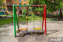 Дворы. Екатеринбург, двор, детская площадка, лужи, качели