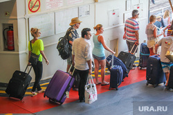 Санторини. Греция, чемоданы, туристы, пассажиры