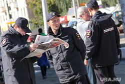 Пикет КПРФ Курган, полицейские, газета
